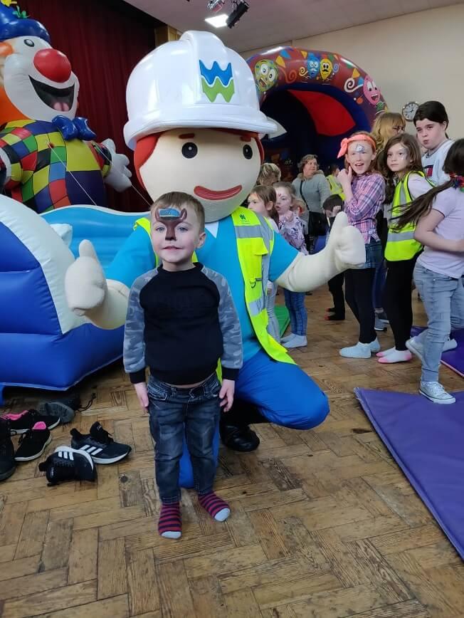 Children with Dwr Cymru Mascot Glyndwr